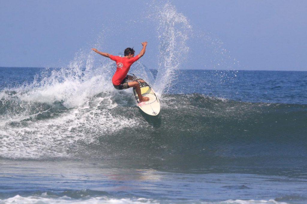 """Ari Mustofa Klaim Surfer of the Year di Medewi Boardriders """"Family Gathering"""""""